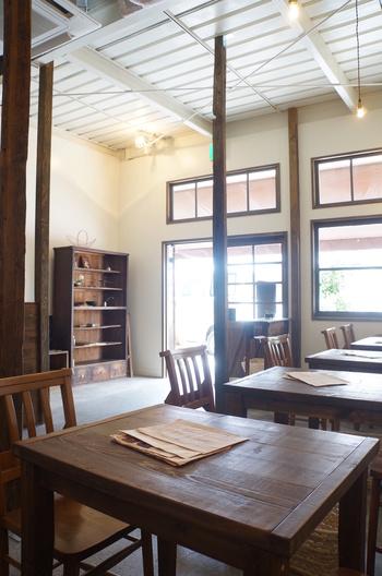 天井が高く開放的な空間に、温もりあるウッドベースのインテリアが置かれています。