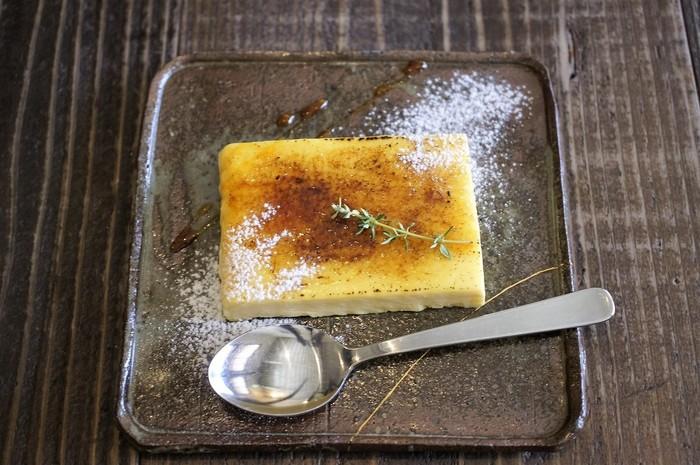 プティングをアイスにしたようなデザート・カタラーナのほか、ガレットやチーズケーキなど手づくりのスイーツを楽しむことができます。