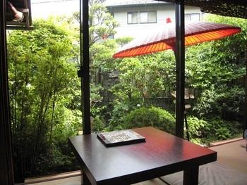 窓側の席に座ることができれば、庭の外に江ノ電が走る姿を見ることも。店内は「畳に座布団」の昭和の佇まいが残っています。