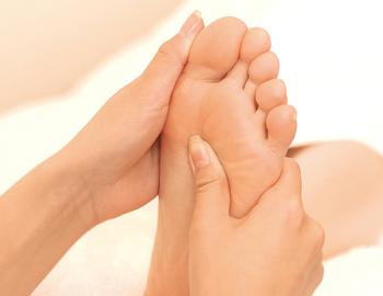 """足の裏全体を親指を使って押していきます。特に疲労回復のツボ""""湧泉(ゆうせん)""""がおすすめ。痛いと感じる人は、無理をせず気持ちの良い圧で押してください。"""