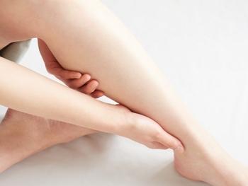 ふくらはぎの裏側を、足首から膝の裏まで、両方の手のひらでさするように下から上へとリンパを流していきます。