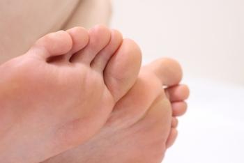 足の指を1本ずつ、付け根を引っ張るように、つまみながら揉んでいきます。つま先にまで血液が巡り、ポカポカとしてくるのが感じられるはず。