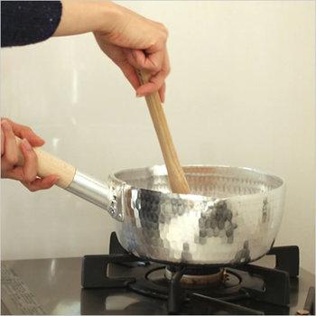 軽くて汚れ落ちも早い雪平鍋は使い勝手が良いので、ひとつあると便利ですよね。鉄の約3倍ともいわれる熱伝導率、時間がないときでもさっと火を通せて時短に◎