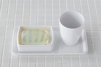 上下が分かれる二重構造なので、水がたまらず、簡単にお手入れできます。同じシリーズのカップやレートレーもあるので、揃えて使うのがおすすめ。統一感が出てよりスッキリしますよ。