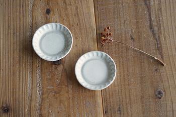 今回は、私のおすすめの5名の作家さんの豆皿をご紹介します。どれも素材を活かしたシンプルなデザインで、どんな食卓にもすぐに馴染んでくれそうなものばかりですよ。
