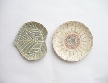 こちらはオーブン陶芸作家「kakuu 花空」さんの作品で、「ひまわり 花と葉の豆皿セット」。繊細に描かれた花と葉の美しさで、食卓がぱぁっと明るくなりそうです♪