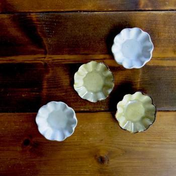 まずはじめにご紹介するのは、遠藤 薫さんの作品です。こちらは「ガーベラ豆皿」。このアンティーク感がとっても素敵です。