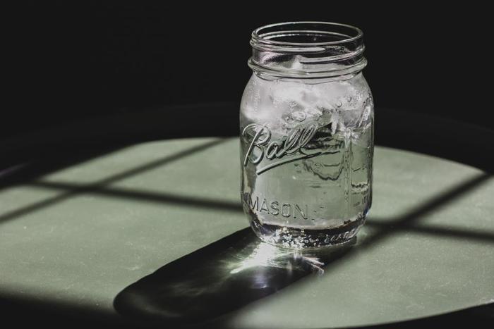 冷たい飲み物を飲んでしまうのも、むくみやすくなる原因のひとつ。身体が冷えると、血管は収縮。すると血行が悪くなってしまうので、水分やリンパの流れが滞り、余分な水分が排出されなくなってしまいます。暑い日でも、適度にあたたかい飲み物を飲むように心掛けましょう。