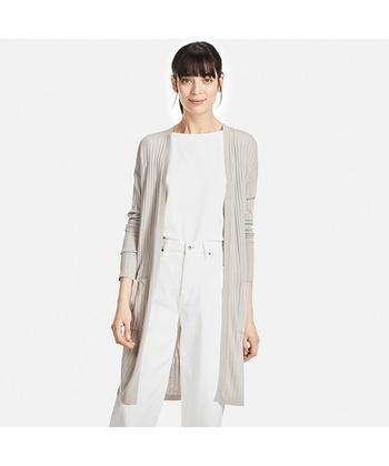 トレンドのゆったりとしたロング丈のニットコーディガンは、パンツにもワンピースにも羽織るだけでこなれた印象になりますよ。