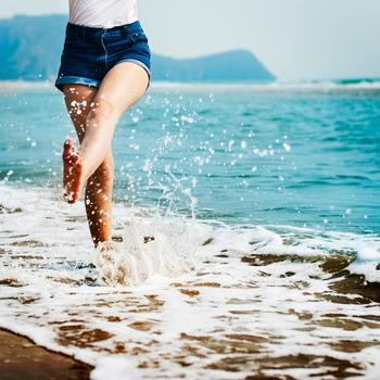 """""""とりすぎ水分""""による、夏のむくみ。その理由と対策についてご紹介しました。さまざまな方向から、しっかりとむくみ対策を行って、夏もすっきりと過ごしましょう♪"""