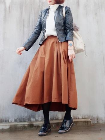 レザージャケットを羽織ってちょっとハードな印象をフレアスカートで女性らしく。上半身がコンパクトにまとまっているので、全体のシルエットがきれいなコーデです。