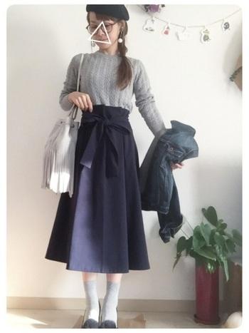 ミモレ丈のフレアスカートにインしてガーリーな印象に。色味を抑えつつも、ベレー帽やメガネ、ソックスなどの小物使いが効いたコーデです。