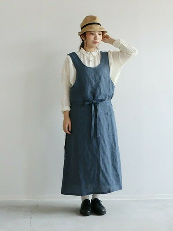 インナーをTシャツからブラウスに変えて、靴も革靴などちょっとずつ秋冬仕様のものにチェンジ。