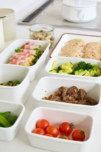 作り置きの必需品といえば保存容器。保存用としてはもちろんですが、切った食材を入れたり調味液に浸けたりと、調理中にもバット代わりとして使えると便利です。
