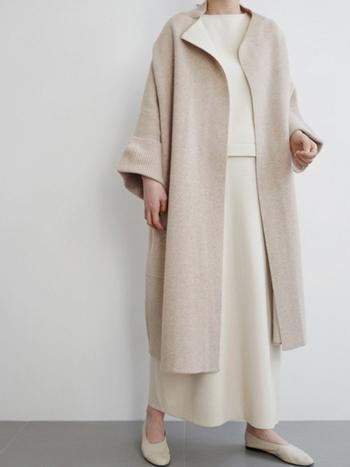 ニット×ニットのワントーンコーデで全体を纏めたパリジェンヌらしいセンスの光る着こなしです。秋冬はダークカラーのお洋服が多くなるので、ベージュやエクリュ、グレーなどのややライトな印象のカラーを選ぶのもいいですよ。