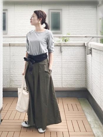 サッシュベルトはよりエレガントで女性らしく、レディライクな装いに見せてくれるアイテムです。スニーカーにTシャツのようなカジュアルなコーデのアクセントとしても◎