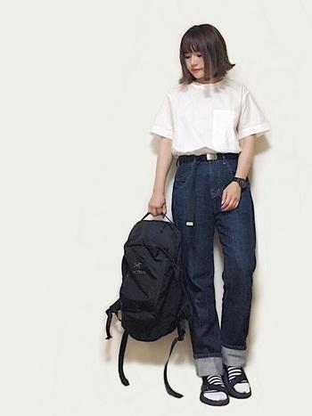 ハイウエストデニム×白シャツの定番コーデに、黒のガチャベルトを合わせてシンプルに。ここでは、バッグや靴、時計などの小物の色をすべて合わせると統一感が出て、よりオシャレなモノトーンコーデが完成!