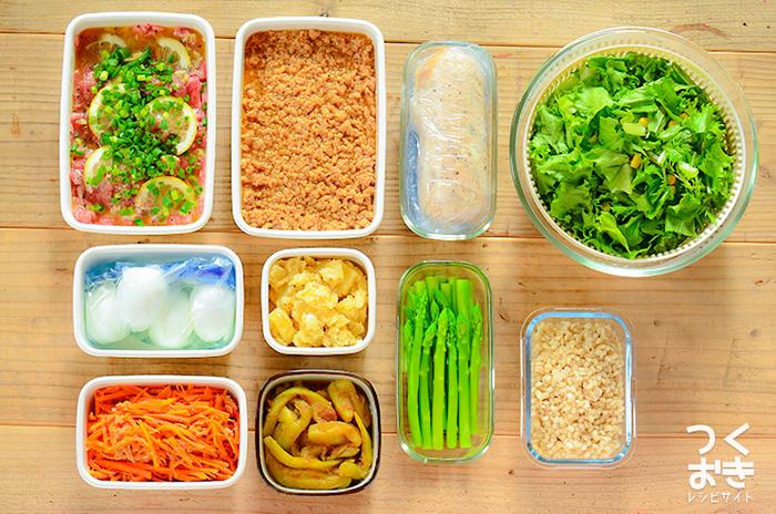 「常備菜って何を作ればいいの?」そんな難しいことは考えないで。まずは彩りになる野菜から用意してみるのもいいですね。ブロッコリーやほうれんそうは蒸して冷蔵庫へ、そしておかずの最後に添えるだけ。簡単ですよね。 週末の時間があるときに、常備菜を作って容器にまとめておくことで、お弁当作りが格段にラクになるんです。