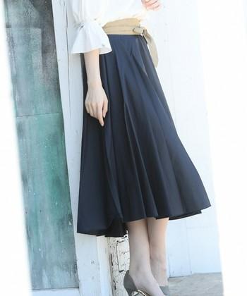 デートのときや、ちょっとオシャレなレストラン、美術館やコンサートに行くときは綺麗目のフレアスカートに別色のサッシュベルトをオン。ベージュ×紺で知的で優しい雰囲気に。