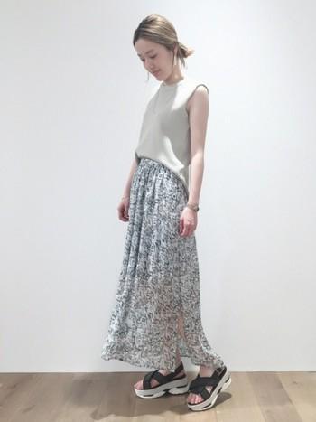 涼しげで女性らしいシフォンスカートの外しアイテムとして。上品だけど親しみのあるコーデが好印象。