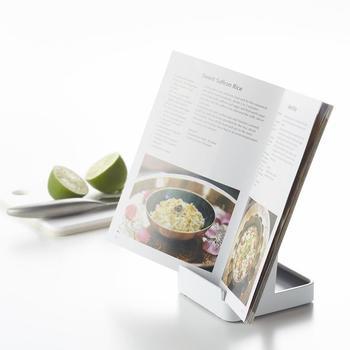 レシピ本やタブレットも立てられるので、新しい料理に挑戦したい時にも役立ちます。
