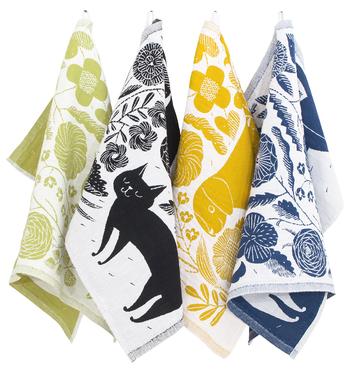 【KOIRA JA KISSA 48x70cm】 陶芸作家でありアーティストとしても活躍する、鹿児島睦さんのデザイン。猫や犬、植物がどこかユーモラスに描かれていて、とってもキュート。白地にカラーが入っている表と、カラーがメインの織りになっている裏。リバーシブル感覚で楽しめるのも魅力です。