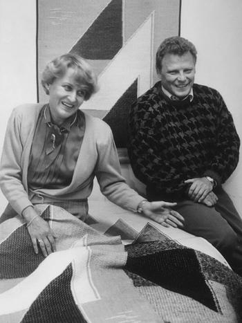 もう一つ、大切にしていることは「家族経営であること」。互いに信頼し思いやることを大切にしています。  エスコさんの曾祖父が自分で紡いだ糸と廃材でフェルトブーツを生産し始めてから、息子や兄弟たちが事業を引き継ぎ、1973年に父であるユハさんがジャガード機を導入し、タペストリーの制作をはじめとするテキスタイルメーカー「ラプアンカンクリ」を立ち上げました。  写真はエスコさんのご両親、リーサさんとユハさん。