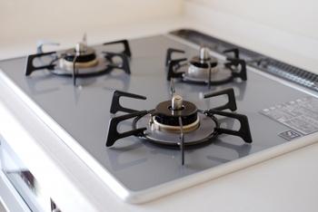 炒め物、煮物などで油がはねてしまうコンロ周り。放っておくとホコリと油が重なって頑固な汚れになってしまいます。
