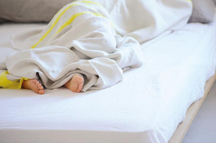 吸水性に優れたリネンのブランケット。夏は汗を吸ってくれてさらっと快適に。原料となる亜麻の繊維は、暖かい空気をためることができるので、冬は毛布の下に1枚入れるだけで暖かく眠れます。  肌触りがいいから、リビングでくつろぐ時のブランケットやソファカバーとして使うのもおすすめです。