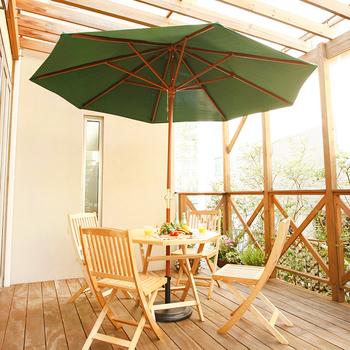 日よけにもなるガーデンパラソルを設置するのもアウトドア&グランピング感がいっきにアップするのでおすすめ。