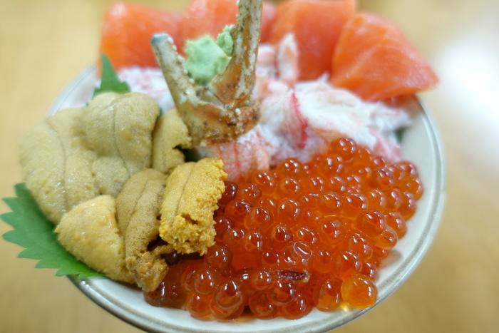 「市場食堂 味処たけだ」の「ANA特製丼」は、ANAと共同で開発したメニュー。北海道の海の幸を盛り込んだ、北海道らしい逸品です。ぜひ一度味わってみませんか。