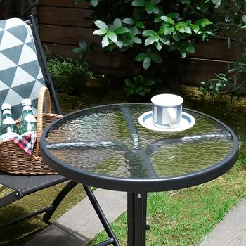 ベランダに設置したテーブルと椅子のセットで、優雅なティータイムを楽しみましょう!