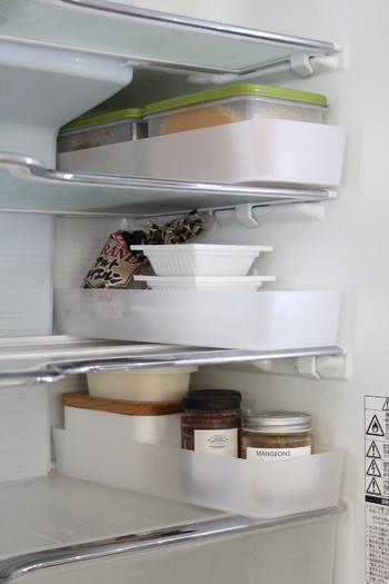 小さい瓶や小物は、背の低いトレーにまとめて入れると出し入れが簡単に。冷蔵庫を奥まで活用できるのもポイントです。