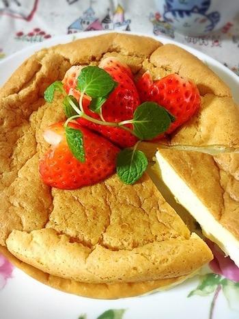 クリームチーズや生クリームが入っているのしっとり食感を楽しめるケーキです。バニラビーンズの風味で本格的なチーズケーキのような味わいに♪  お砂糖:なし 小麦粉:なし(代用 アーモンドプードル)