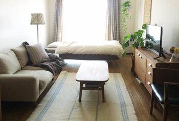 一人暮らしで手に入れたいアイテムにソファがありますよね。小振りのソファならワンルームでも置けますね。