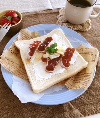 干し柿をクリームチーズとともにオープンサンドに。チーズの代わりに、水切りヨーグルトでもOK。干し柿の濃厚な甘みがパンと意外に合うんです。