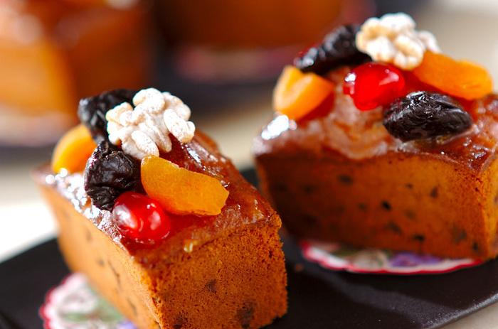 お酒が香る贅沢なフルーツケーキ「ケーク・オ・フリュイ」。生地にはセミドライフルーツのミックスを混ぜ込み、さらにはセミドライのアプリコットやプルーンなどをトッピング。フルーティーで華やかな焼き菓子です。小さな型で焼くのも可愛いです。