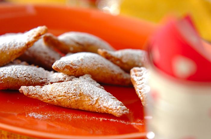 ほろっとした生地に、セミドライフルーツなどの詰め物をして焼き上げるお菓子「リソル」。三角の形が可愛い、素朴なスイーツです。コーヒーにとてもよく合います。
