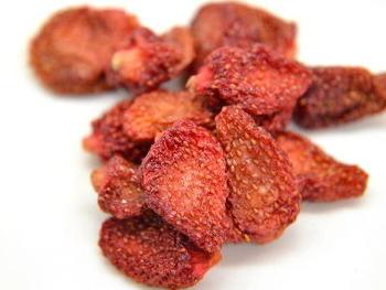 苺を砂糖とともに少し煮てから、オーブンで乾燥させます。甘酸っぱいセミドライ苺は、そのままはもちろん、シリアルやヨーグルト、アイスなどに加えたり、お菓子やパンづくりの材料にしたり、手軽に使えます。