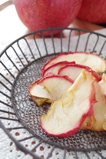 りんごも、砂糖で煮てからオーブンで乾燥させます。煮すぎると崩れたり、乾燥がうまくいかない場合もありますので、手でつまめる程度の煮加減で止めます。