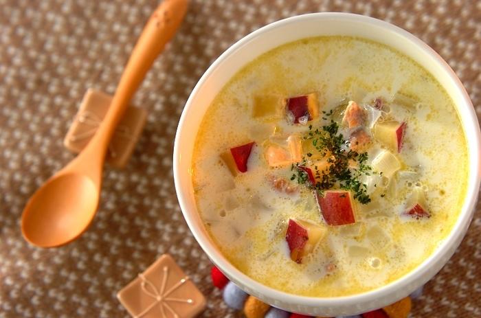 秋の食材たっぷりの、鮭の缶詰で作るチャウダーは、こっくり濃厚で美味しい!疲れた胃腸にも優しく染み渡るレシピです。