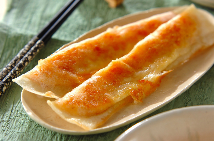 鮭フレークとレンジでチンしたジャガイモで作る春巻きです。火が通っているので、春巻きはサッと色付く程度に焼けばOK!お弁当やビールのお供にもオススメですよ。
