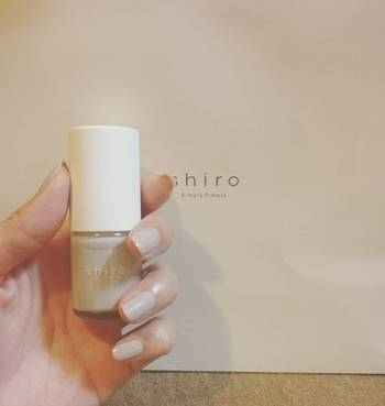 『shiro(シロ)』のネイルは、他にはない優しいニュアンスカラーが揃っています。そのまま単色で使用しても、淡い色を重ねて楽しむことも出来るんです。