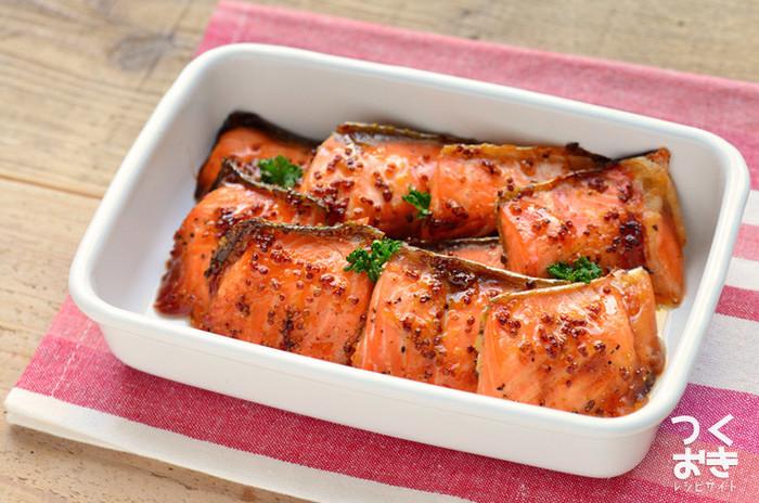 鮭の切り身にソースを塗ってオーブンで焼いたレシピ。甘酸っぱいハニーマスタードソースは、そのまま食べてもパンに挟んでも、ほぐしてパスタに絡めても美味しいレシピです。