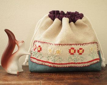 ハンガリーの刺繍が美しい、アンティーククロスを使った巾着袋です。優しい雰囲気で、使い込むほどに味わいがでそうですね。