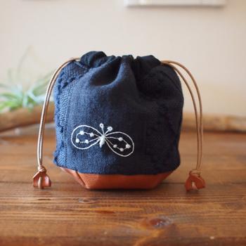 丸底と紐を革で作った巾着。ほんの少し上品な佇まいになって素敵。ミナペルホネンのちょうちょの刺繍も、ワンポイントとして可愛らしいですね。