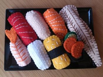 美味しそうに出来上がったフェルトのお寿司キットは、遊んで汚れても洗濯機でジャブジャブ洗える生地なのも嬉しいですね♪お気に入りのネタは、どれですか?