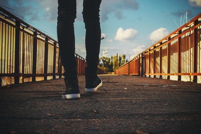 だからといって、急に激しい運動を始めるのは禁物。まずはウォーキングのような軽い運動からはじめてみてください。むくみの解消には血液の循環を良くしてくれる「有酸素運動」が有効です。下半身のポンプ機能を果たす「ふくらはぎ」の筋肉を意識して、正しい姿勢でゆっくりと歩いてみましょう。