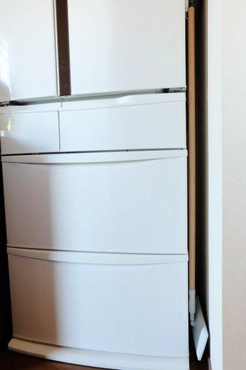 キッチンで、ちょっと水をこぼしちゃった!なんて時に使いたいモップなども、冷蔵庫に磁石付きフックで下げて収納。 普段は目につかないけど、隙間も有効活用できる上に必要なときにはさっと取り出せてとっても便利。