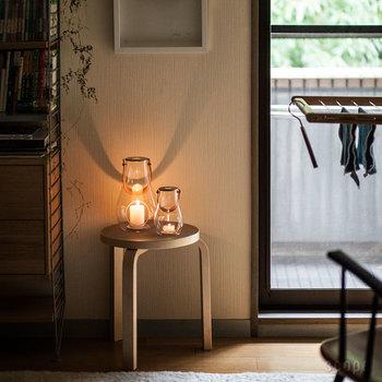 照明置き場としてサイドテーブルを使うのも素敵です。明かりを置きたいけれど場所がない時に、こじんまりしたスツールは最高のポジション♪